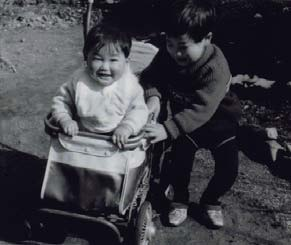 1〜2歳の頃、仲良しの3歳上の兄と。小橋家の次男として京都府福知山市で育った。