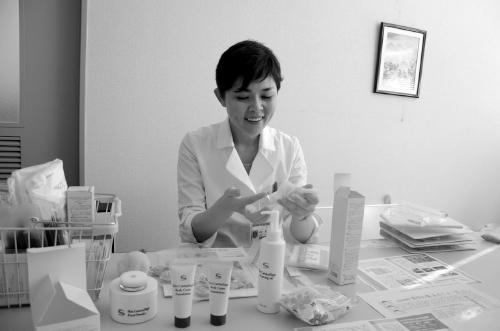 自らメークの指導を行う分田医師。「医療者が行うメリットは、その皮膚症状を見て、やっていいこととダメなことの判断ができるという点」。