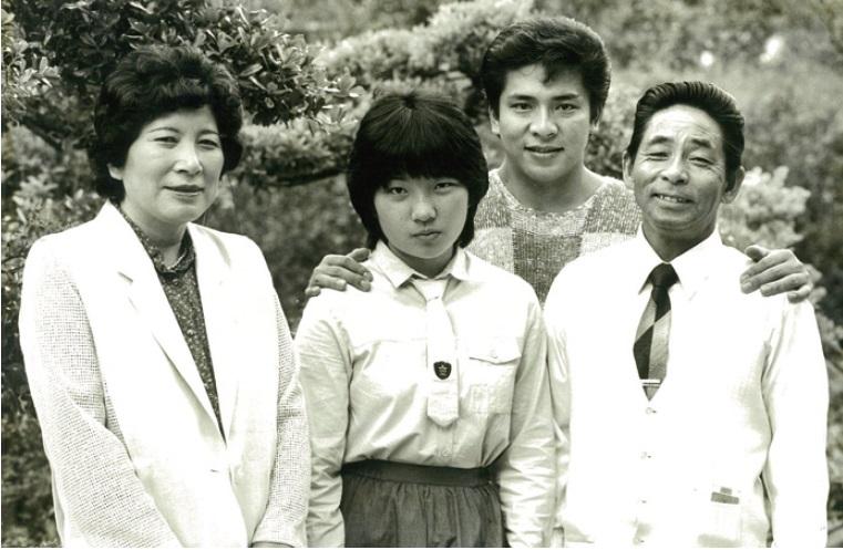 デビュー当時、両親、妹とともに。母親は、小西さんが欽ちゃんファミリーの一員として人気者になった後も、息子には教員になってほしいと願っていたそうだ。