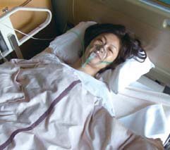 2009年2月、聖路加国際病院にて。術後間もないため、意識はまだはっきりしないが、手術の成功の知らせに安堵の表情を見せる。診断と治療には万全を期したかった園田さん。聖路加国際病院は彼女が3番目に訪れた病院だった。