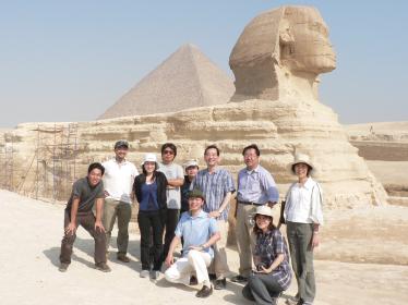 2006年、エジプトで開かれた国際肝臓学会の合間に撮った1枚。同僚とその家族とともに。
