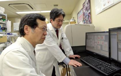 東京大学大学院医学系研究科免疫細胞治療学講座の特任教授・垣見和宏氏と意見を交換する本間。他科との連携もがん治療の現場では欠かせない。